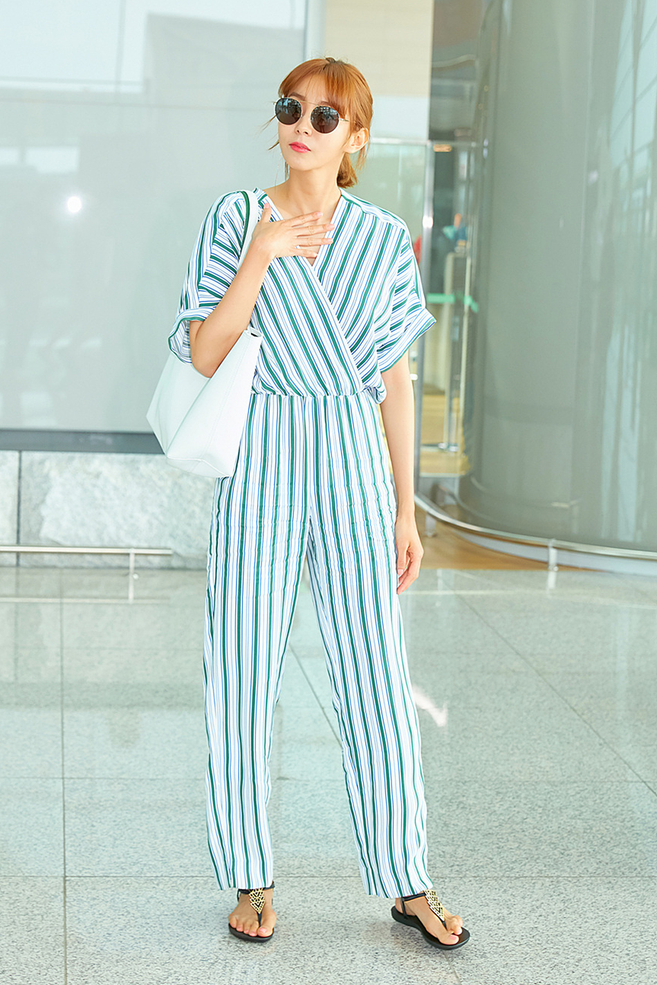 Uee Dresses Up Like It's Vacation Season! Jumpsuits and Flip-flops